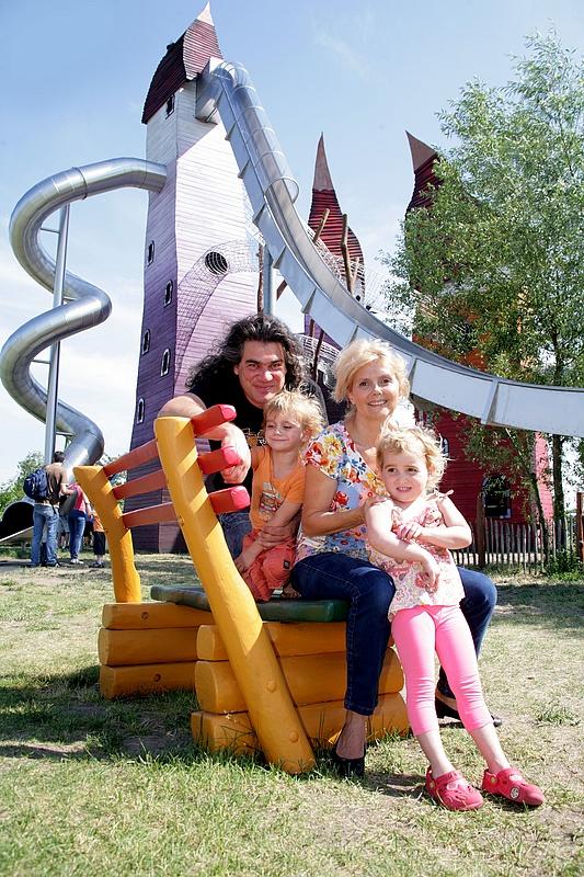 Roswitha Schreiner besucht mit Ehemann Andreas Gotzler und ihren KIndern Lina und Lorenzo den Spielplatz Irrlandia in Storkow bei Berlin